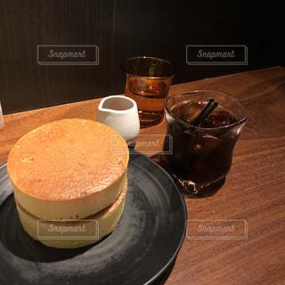テーブルの上のコーヒー カップの写真・画像素材[1875944]