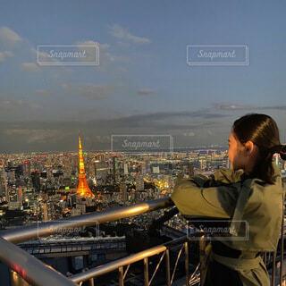 橋の前に立っている人の写真・画像素材[4163974]