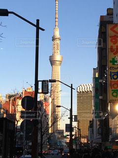 近くに忙しい街の通りのの写真・画像素材[1439202]