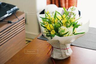 テーブルの上の花の写真・画像素材[1439726]