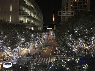 六本木ヒルズから東京タワーを望むイルミネーション夜の街の写真・画像素材[1751712]
