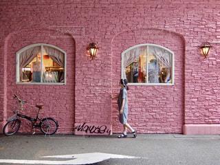 ピンクの壁の前での写真・画像素材[1530309]