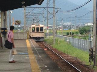 電車の中で人々 のグループを追跡します。の写真・画像素材[1441326]