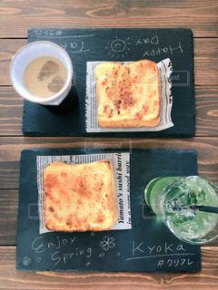 木製のテーブルの上に座ってピザの写真・画像素材[1779468]