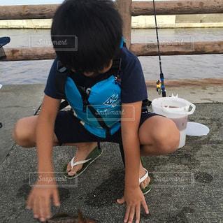 釣りをする子供の写真・画像素材[1442541]