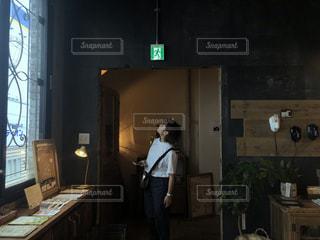 男と女が部屋に立っての写真・画像素材[1443242]