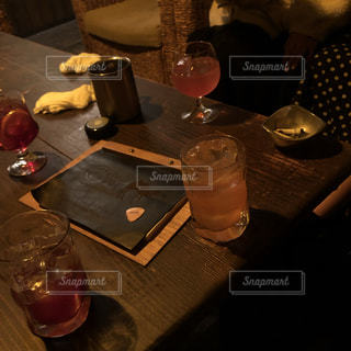 テーブルの上のビールのグラスの写真・画像素材[1695604]