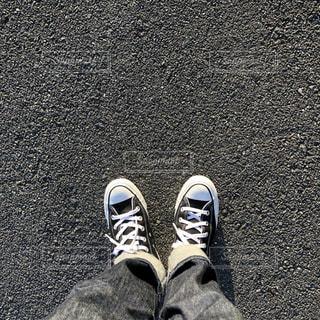 青と黒の靴を履いて足のペアの写真・画像素材[1718252]