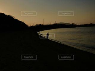 水の体に沈む夕日の写真・画像素材[1761176]