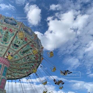 曇りの日に傘を閉じるの写真・画像素材[2874559]