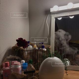 テーブルの上に家具と花瓶で満たされた部屋の写真・画像素材[3120840]
