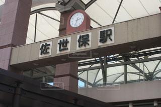 建物の側面を離れて掛かる大時計の写真・画像素材[1443174]