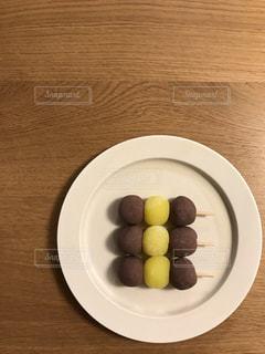 お皿の上のお月見だんごの写真・画像素材[1485175]