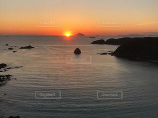 水平線から昇る朝日の写真・画像素材[1450585]