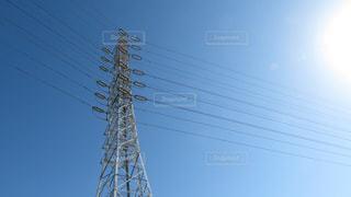 澄んだ青い空と高圧電線の写真・画像素材[1567785]