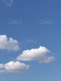 青い空に雲の写真・画像素材[1631731]