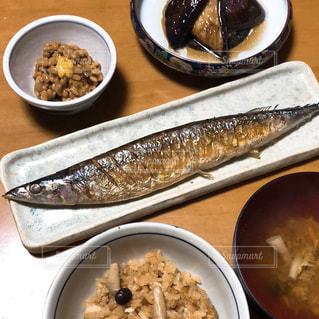 テーブルの上の皿の上に食べ物のボウルの写真・画像素材[1444372]