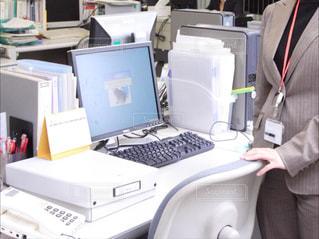 コンピューターの前に立っている人の写真・画像素材[1451331]