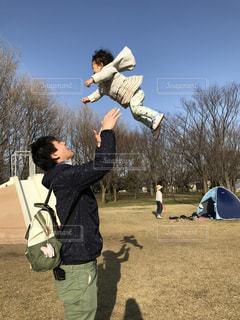 公園でたかいたかいの写真・画像素材[1444653]