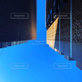ビルとビルの谷間からの写真・画像素材[1445254]