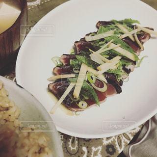 テーブルの上に食べ物のプレートの写真・画像素材[1445595]