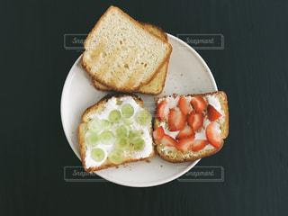 皿の上のパンの部分の写真・画像素材[1462710]