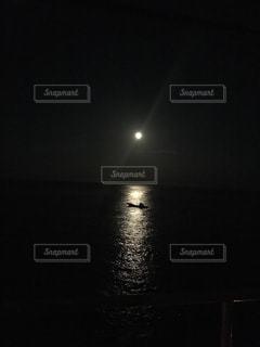 ムーンロードに浮かぶ船の写真・画像素材[1451232]