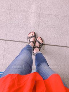 近くに青と赤の靴を履いて足のアップの写真・画像素材[1446809]
