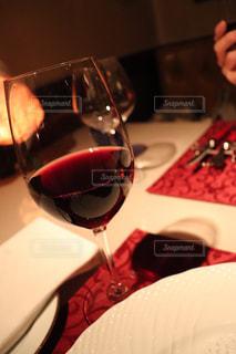 ワイングラスを持つテーブルに着席した人の写真・画像素材[1447740]