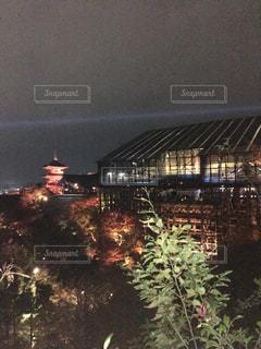 背景の大きな建物の写真・画像素材[1447255]