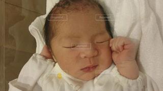 近くに赤ちゃんのアップの写真・画像素材[1448318]
