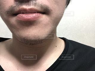 黒いシャツを着た男の写真・画像素材[2121541]