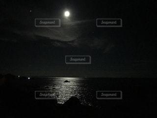 暗闇の中の光の写真・画像素材[1449082]