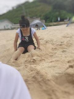 砂浜に座る女の子の写真・画像素材[1449388]
