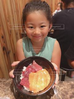 海鮮丼と女の子の写真・画像素材[1449390]