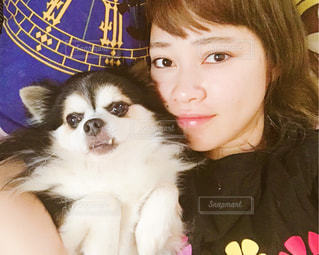 女と犬のカメラにポーズの写真・画像素材[1609288]