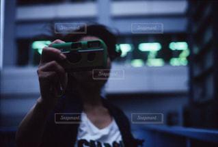 写ルンですを構えるカメラ女子の写真・画像素材[2224869]