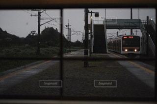 無人駅に入ってくる電車の写真・画像素材[3550381]