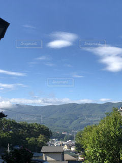 背景の山と都市のビューの写真・画像素材[1452331]