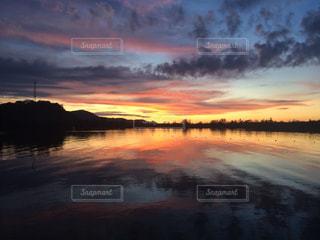 水面に沈む夕日の写真・画像素材[1453473]