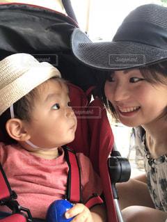 帽子で夏をしのぐママと息子の写真・画像素材[1450013]