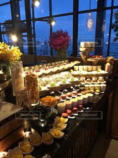 テーブルの上に並べられた盛りだくさんの食べ物の写真・画像素材[1450020]