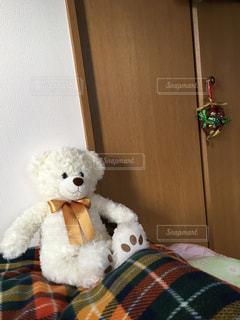 ベッドの上のクマのぬいぐるみの写真・画像素材[1672826]