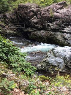 岩が多い崖の上の大きな滝の写真・画像素材[1689064]