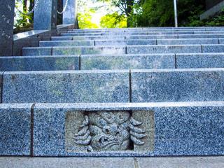 御岳神社までの階段にいる、覗いている鬼の写真・画像素材[1451955]