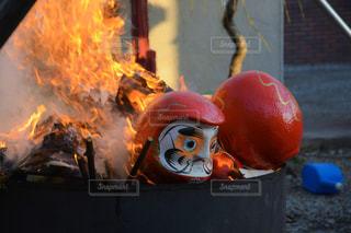 だるま市で奉納されただるまを燃やしてる瞬間の写真・画像素材[1453296]