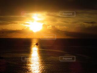 海に沈む夕日と船の写真・画像素材[1457339]
