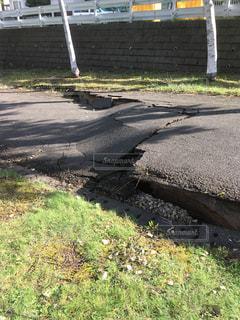 地震の後の地割れの写真・画像素材[1453012]