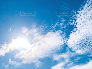空に広がる白い雲と彩雲の写真・画像素材[1634778]