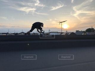 日没の前に通りをスケート ボードに乗る人の写真・画像素材[1454830]
